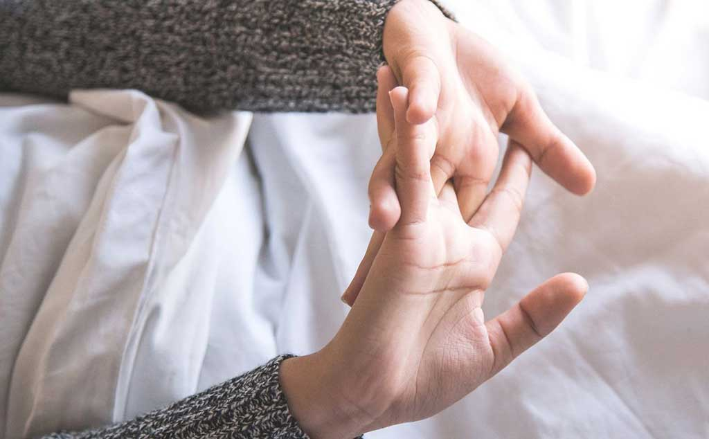 Bẻ khớp tay thường xuyên - Bệnh viện Tai Mui Họng Sài Gòn